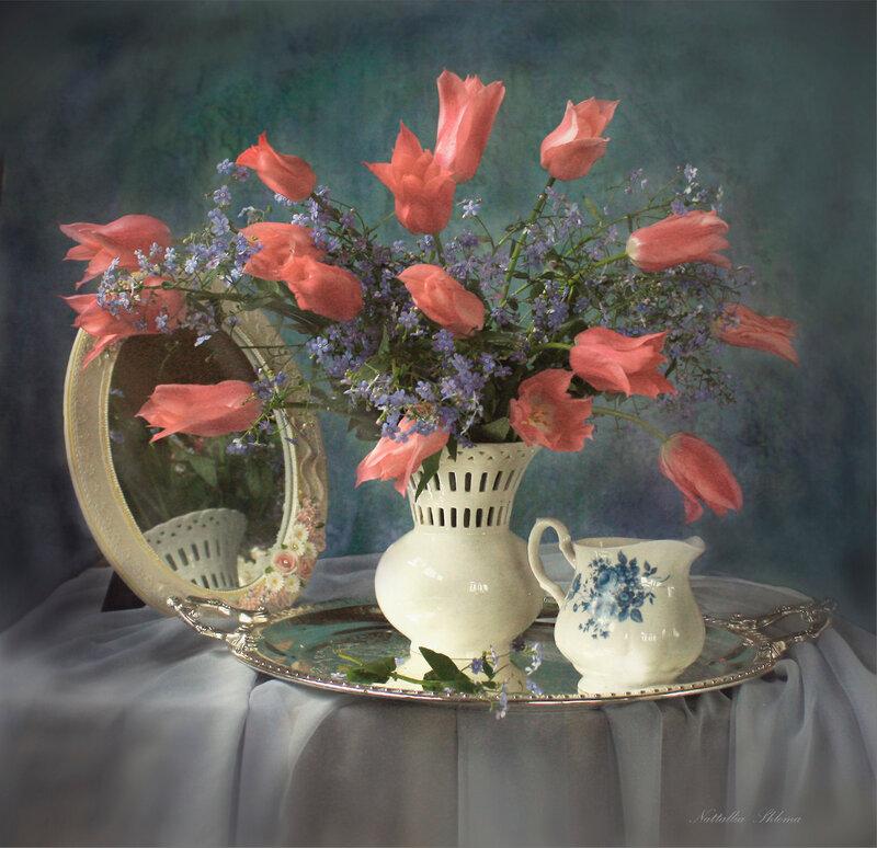 С розовыми тюльпанами
