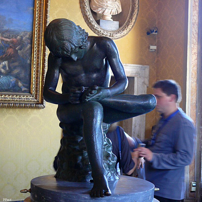 """зал триумфов: знаменитая статуя """"мальчик, вынимающий занозу"""" — бронзовая римская копия с греческого оригинала V в. до н.э"""