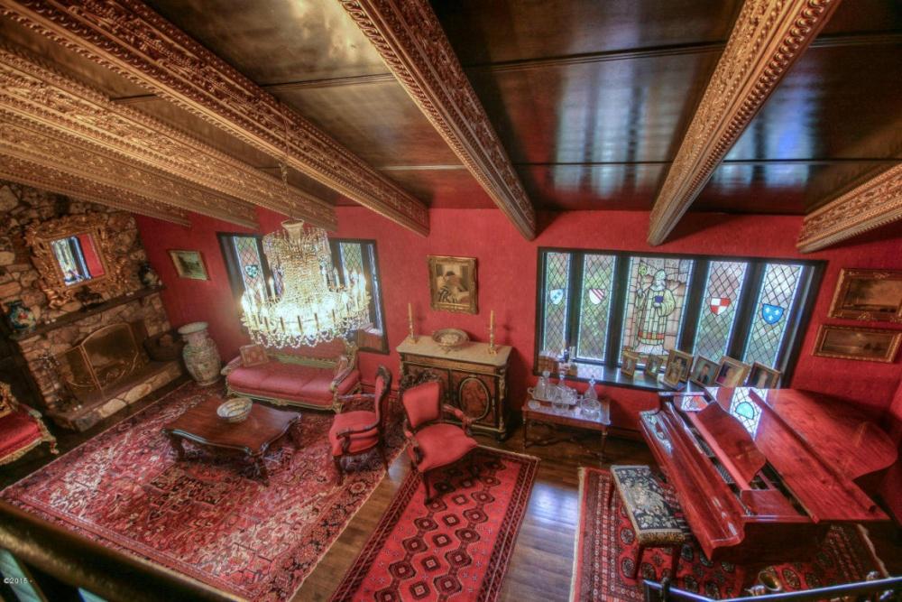 Хозяйка дома снесла перегородки напервом этаже для того, чтобы получилась такая просторная гостиная