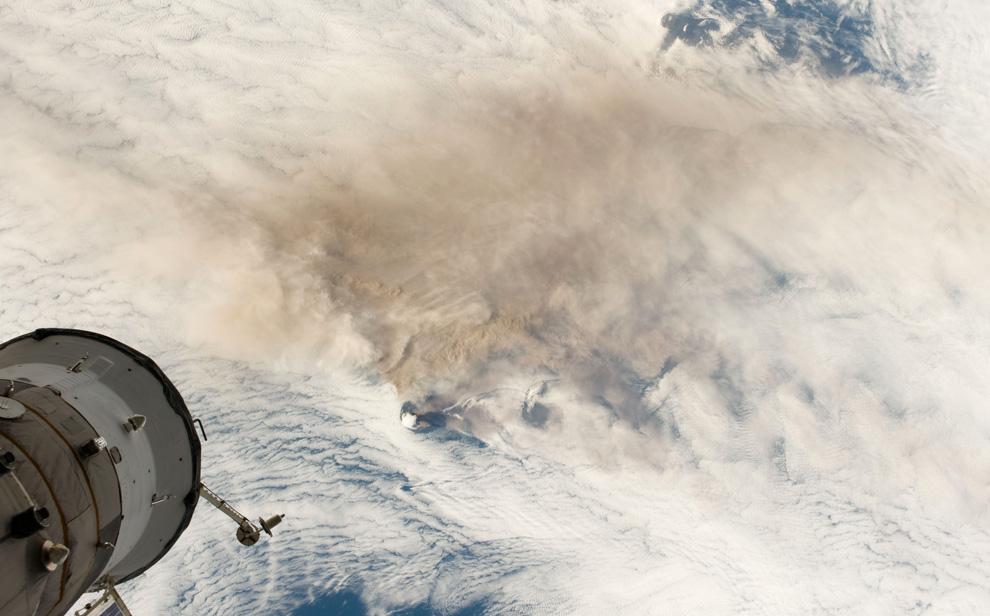 1) Космонавты на борту Международной космической станции (МКС), пролетающей над российскими Курильск