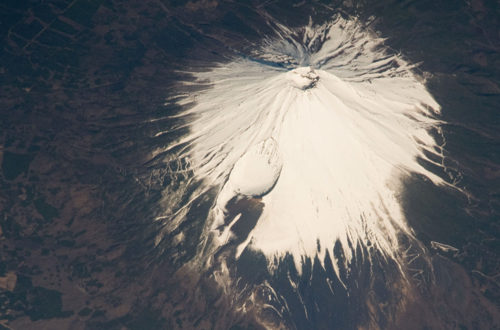7) Вид на гору Фудзи. (NASA/JSC)