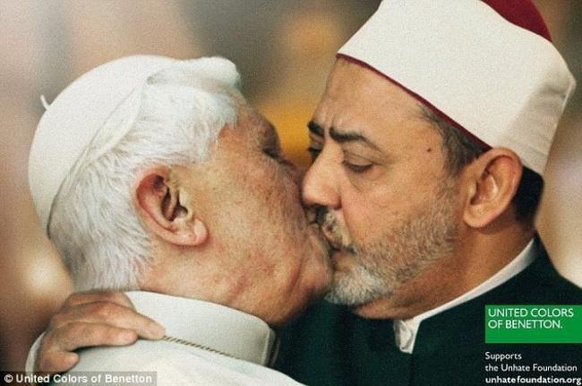 Египетский имам целуется сПапой Римским Бенедиктом XVI Таким способом United Colors ofBenetton реш