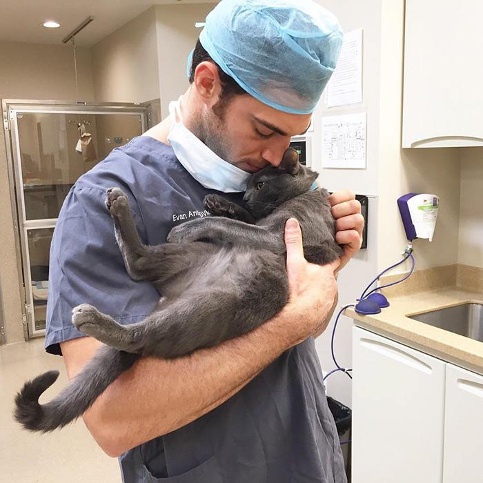 Ну разве это не самый сексуальный ветеринар? (26 фото)