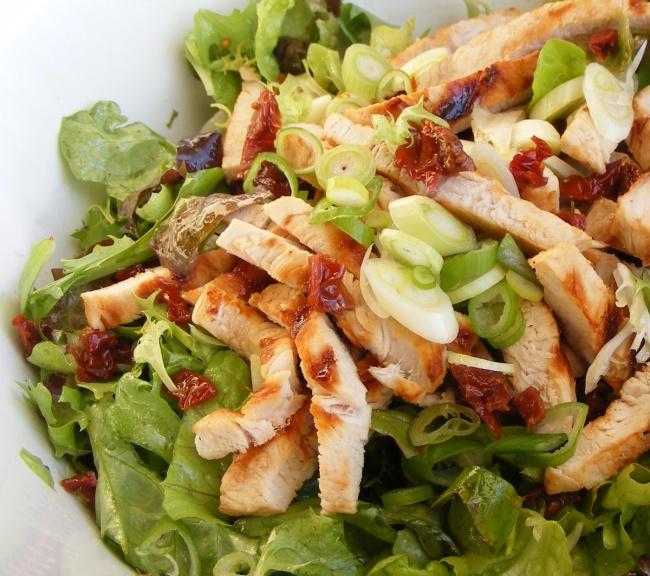 Ингредиенты: 300г куриного филе 100г вяленых помидоров 50г пармезана 150г зеленого салата 2зубч