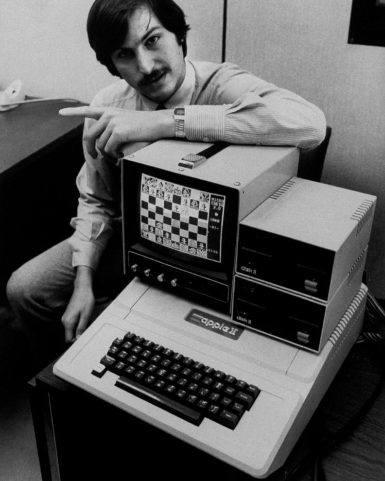 1983 К компьютеру Apple Lisa с интегрированным экраном и интерфейсом пользователя прилагалась пе
