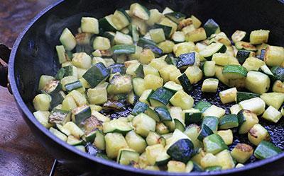 3. Когда кабачки стали мягкие, уменьшить огонь и добавить сливки, нагрейте их, но не дайте закип