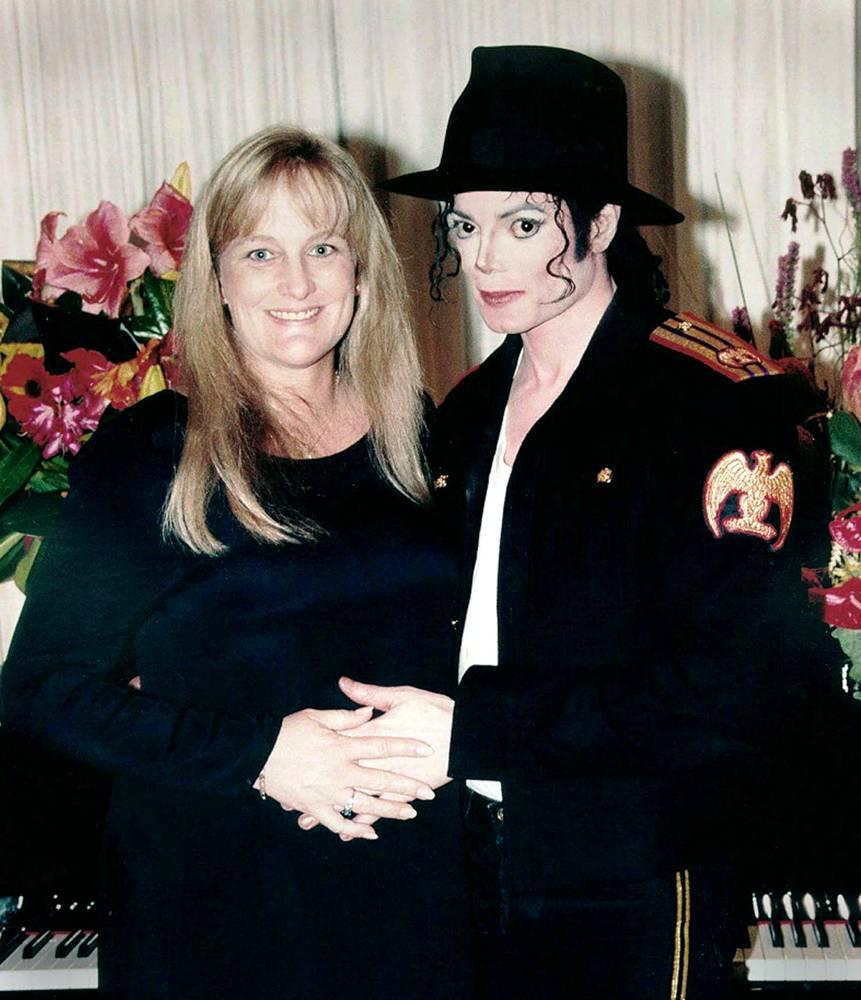 Спустя несколько месяцев после развода с Лизой Марией Пресли Джексон женился на Дэбби Роу 13 ноября