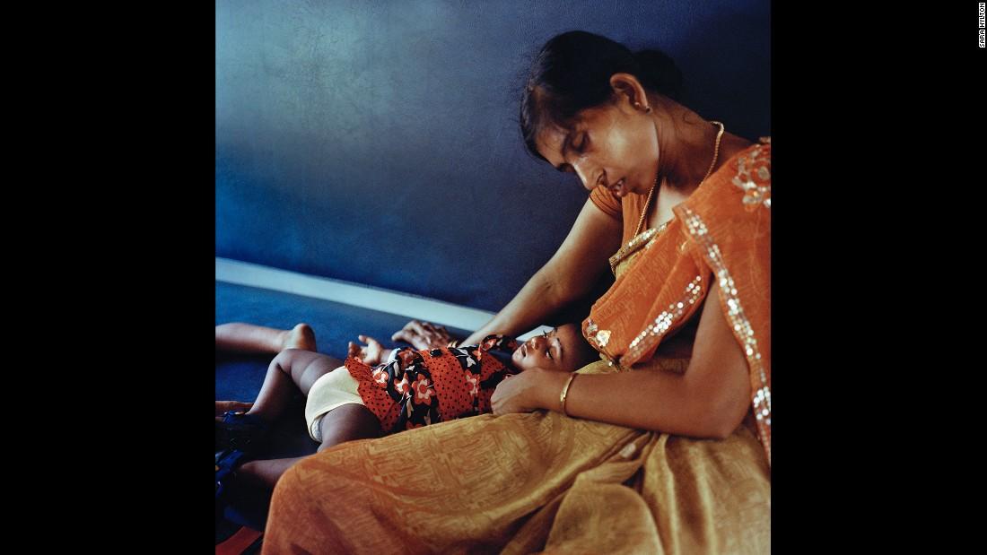 Мать с ребенком отдыхают на третий, последний день своего путешествия.