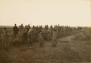 Солдаты во время постройки разъезда на станции.