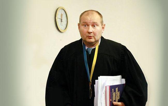 Суд позволил задержать судью Чауса, закапывавшего взятки вбанках научастке