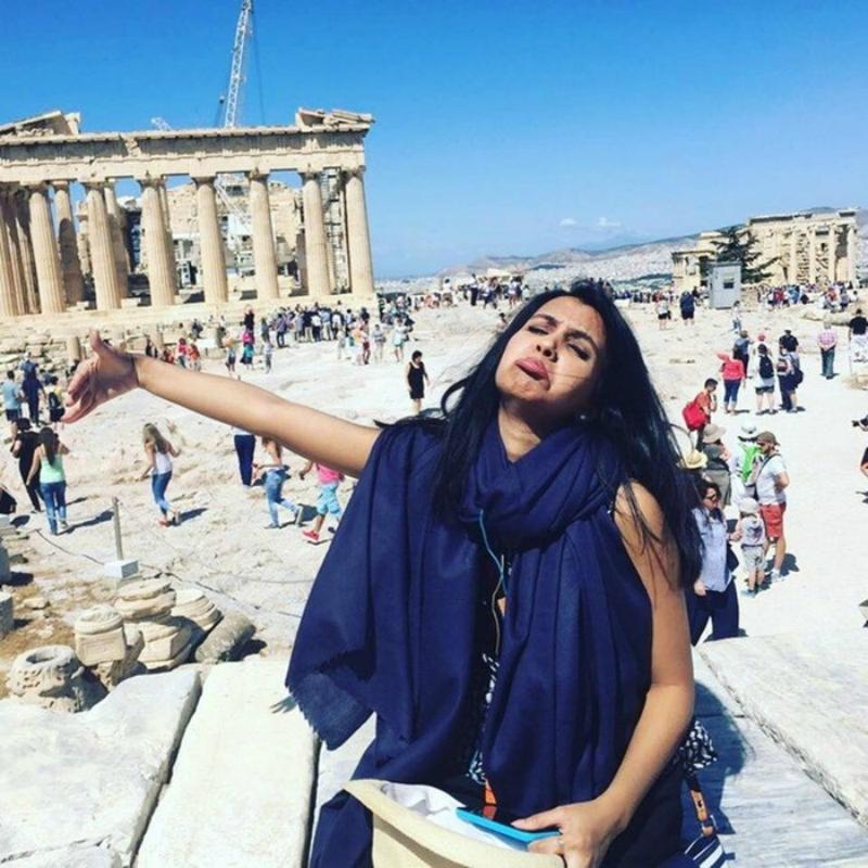 Девушка туристка делала фото с воображаемым мужем, которому не дали визу