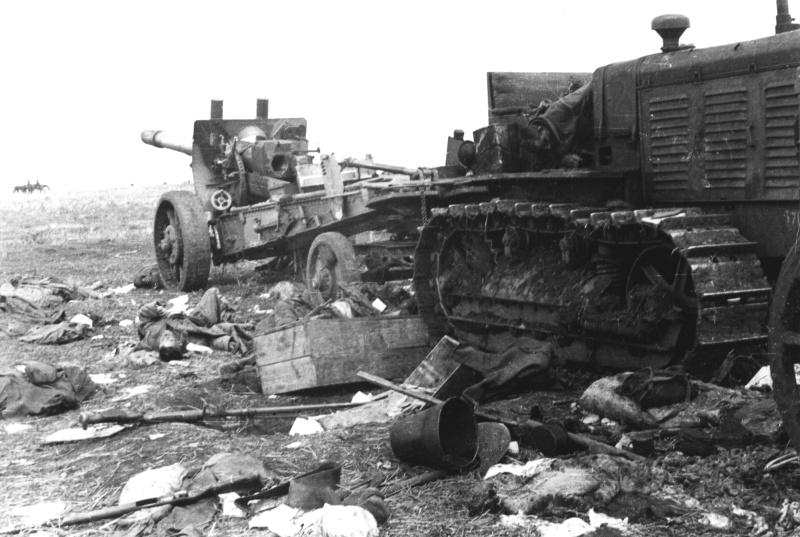 Погибшие советские артиллеристы и 152-мм гаубица-пушка МЛ-20.jpg