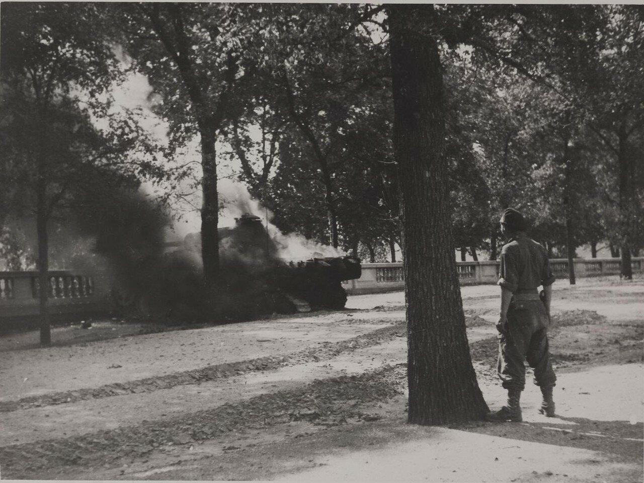25 августа. Подбитый немецкий танк Пантера в саду Тюильри