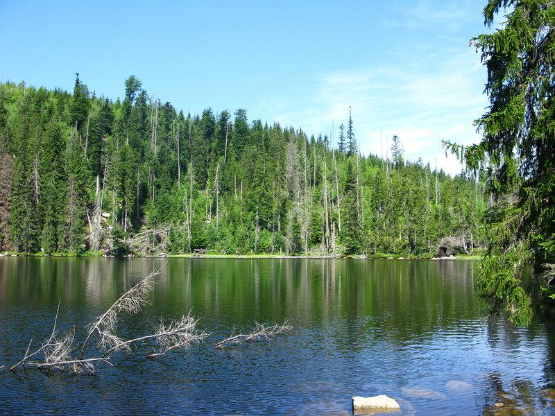По дороге к Поледнику минуешь сначала Прашильское озеро