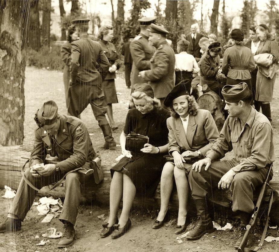 В парке Тиргартен, Берлин 1945 г.jpg