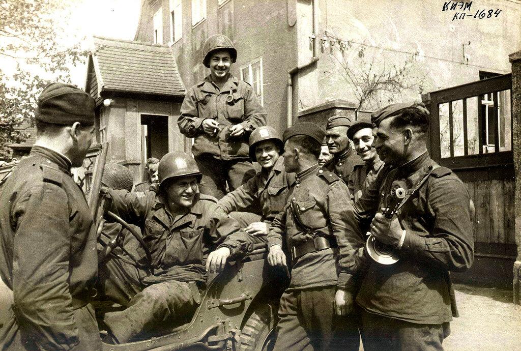 Советские и американские солдаты, Германия 1945 г..jpeg