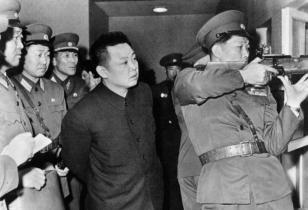 7. Ким Чен Ир проводит учебные стрельбища у членов 2-ой Национальной спортивной команды обороны. (Ko