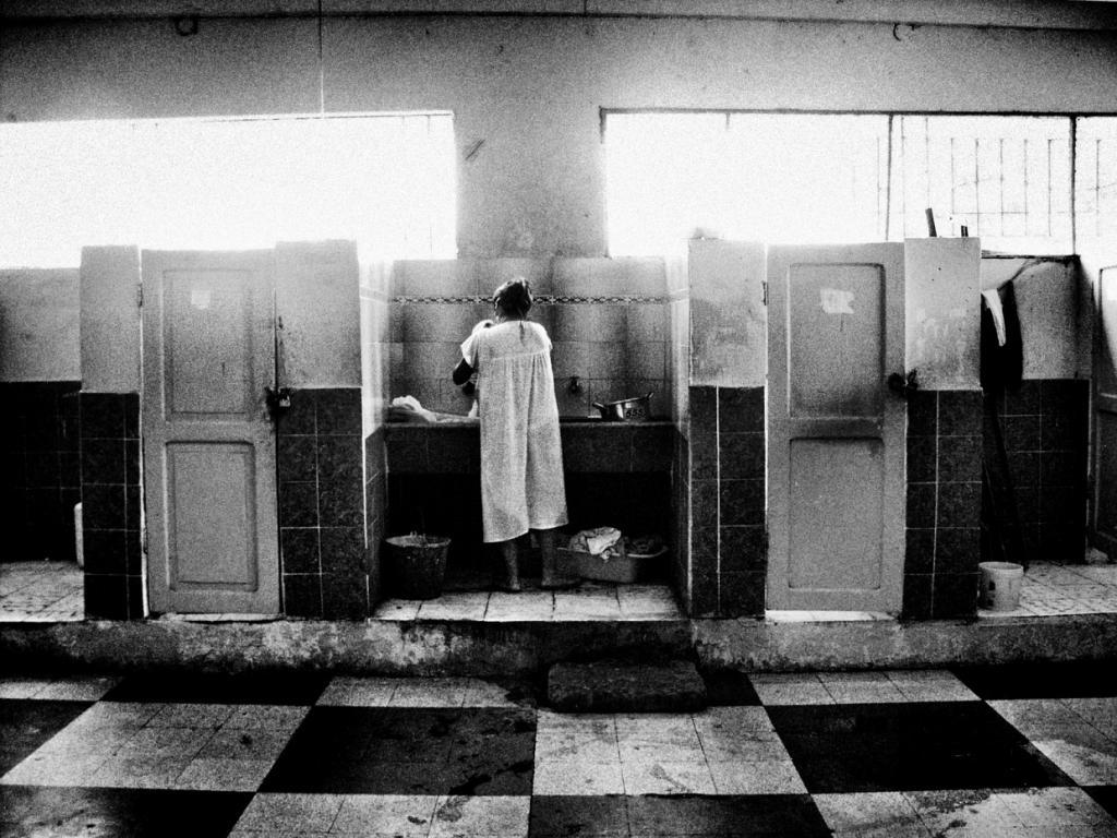 Горе пронизывает почти каждое изображение, особенно те, на которых женщины-заключенные с маленькими