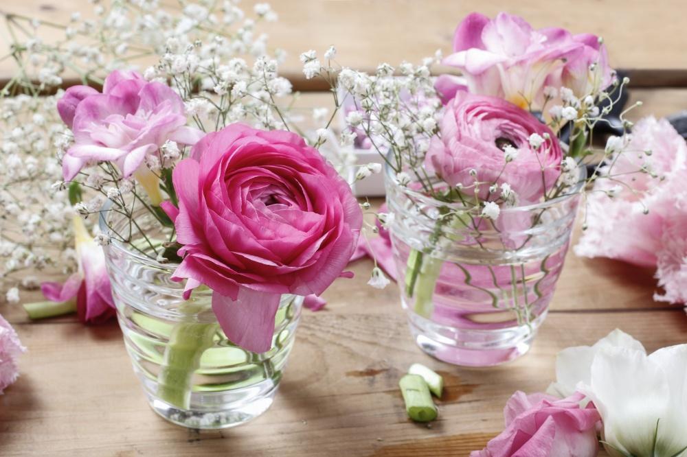 Крошечные букеты вкрошечных бокалах способствуют появлению романтического настроения ивоздушных юб