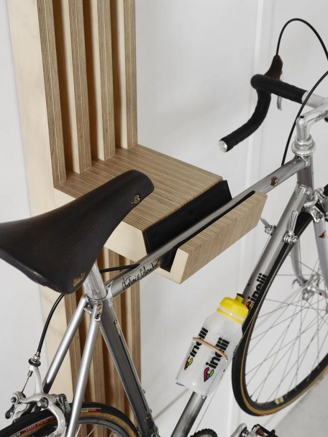 Держатель для велосипеда из светлого дерева.
