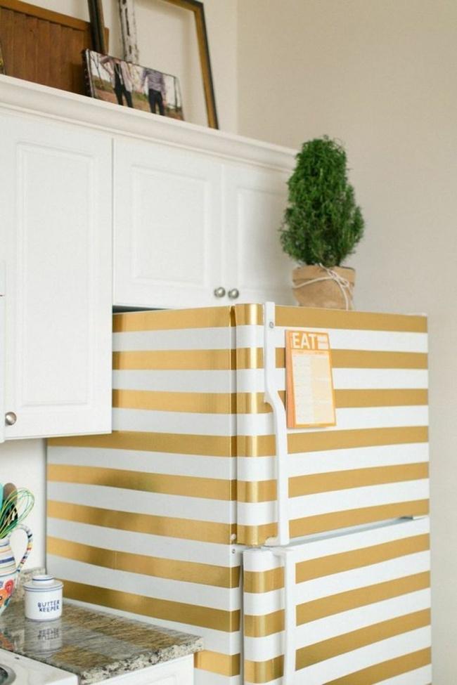 Простой белый холодильник превращается вдизайнерский спомощью декоративного скотча.