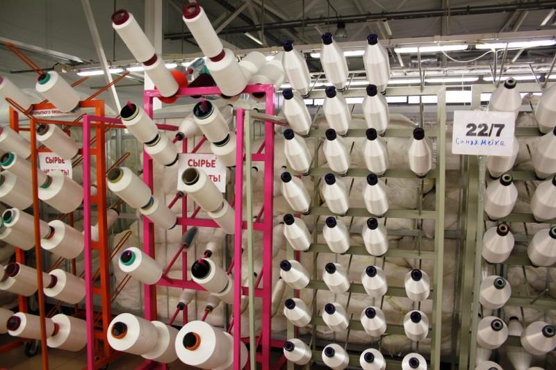 8. Прямо рядом с машинами находится мини-склад нитей, для удобства сотрудников и ускорения процесса.