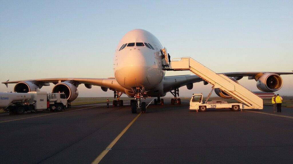 фото пассажирского самолета идет на посадку также широко использовать