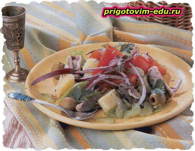 Салат из картофеля со скумбрией, каперсами и оливками