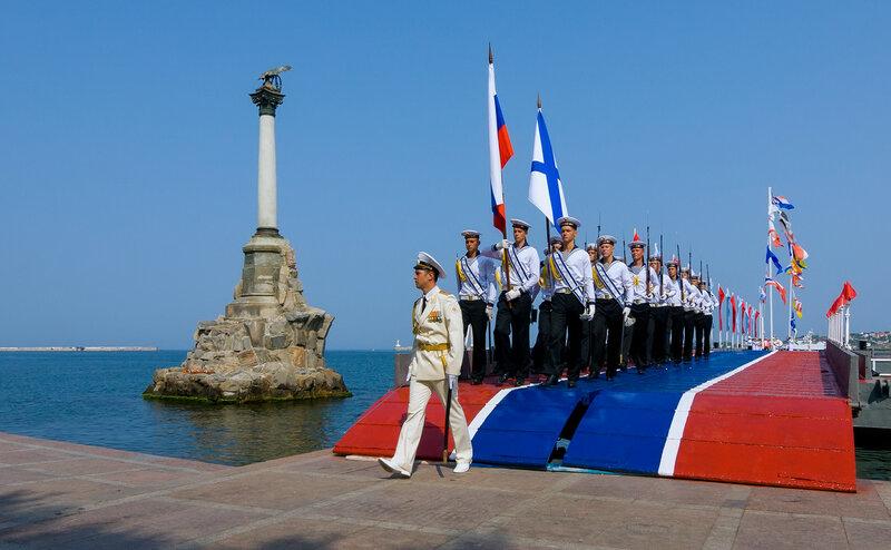 Почётный караул у Памятника Затопленным кораблям