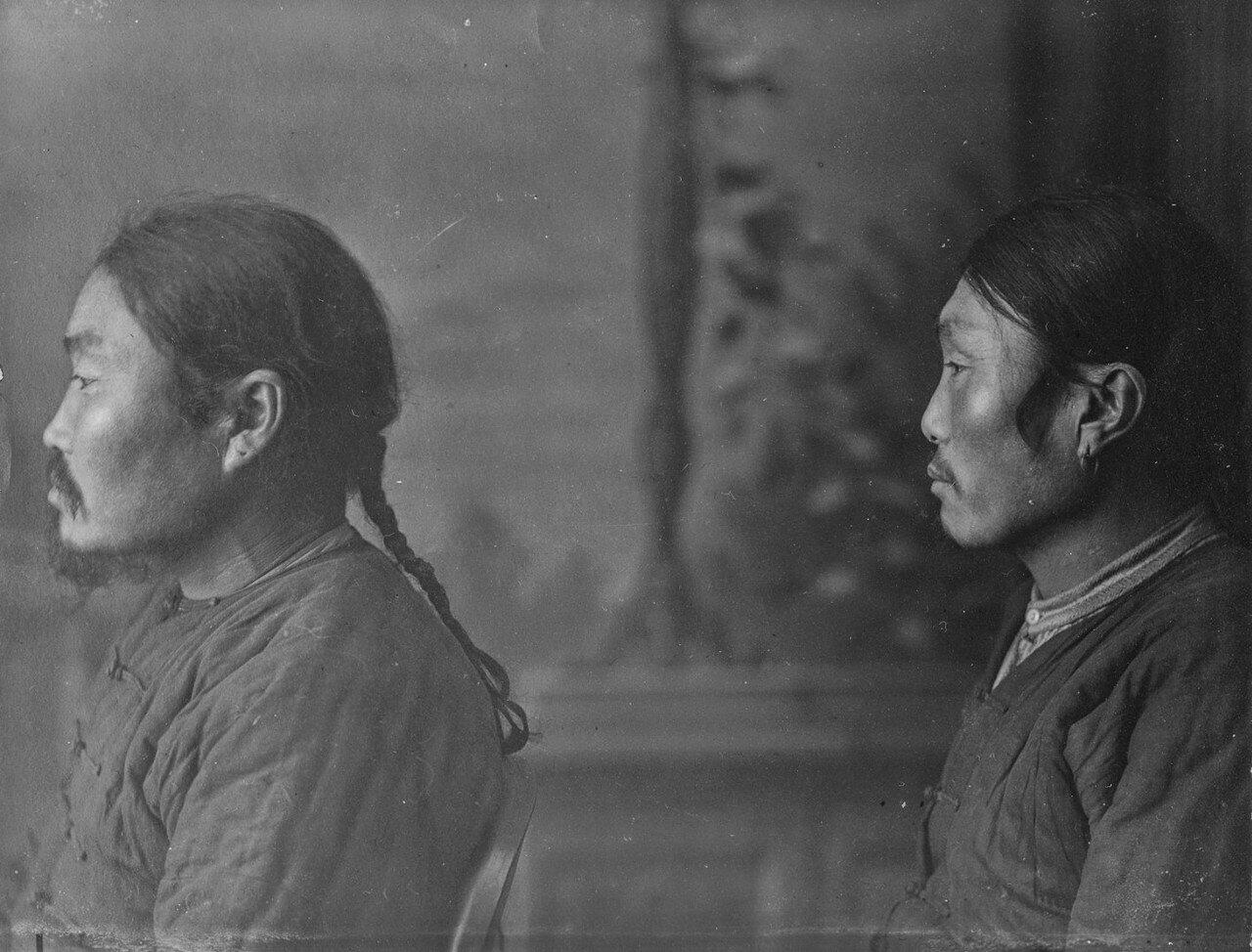 Снимок двух мужчин ольчи в  профиль