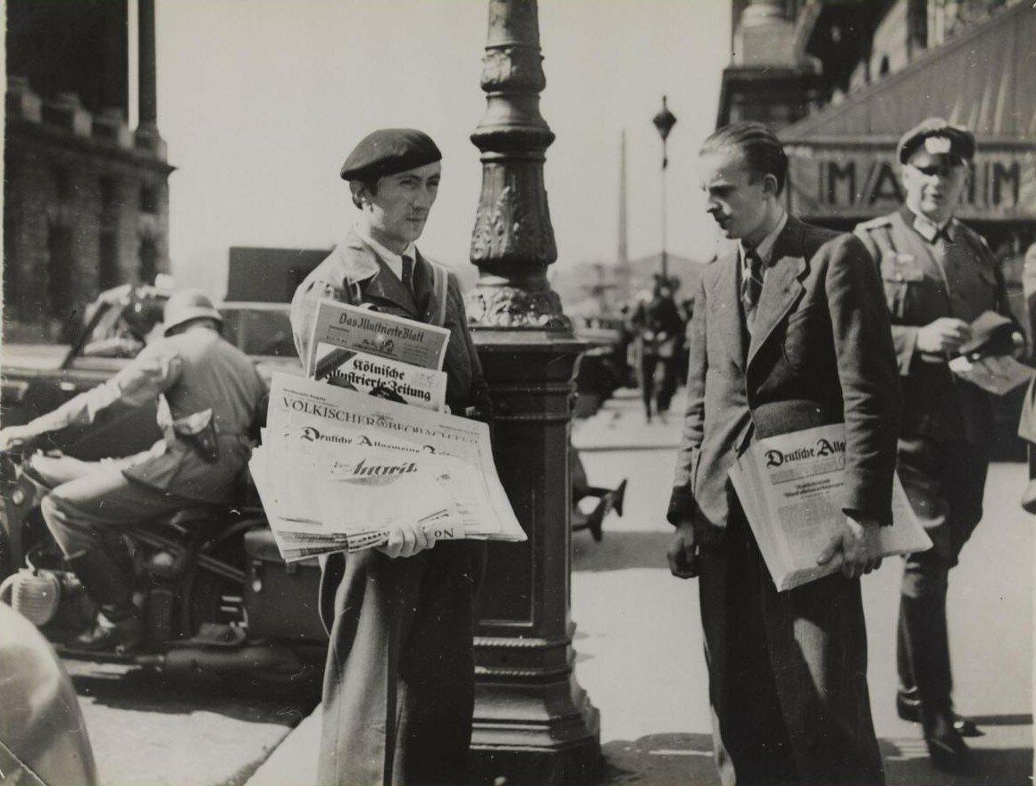 Продажа немецких газет на рю Рояль. 2 августа