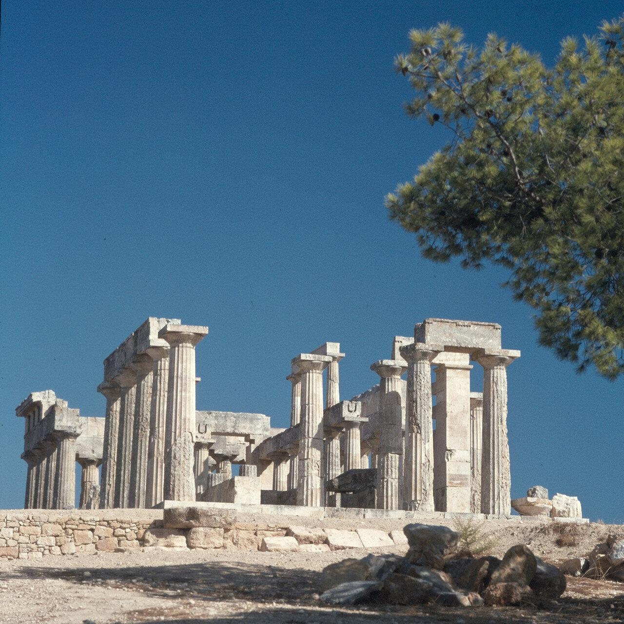02. Он находился в 13 км. восточнее столицы Эгины и был построен около 500 года до н. э. на месте более старого храма, существовавшего с ок. 570 г. до н. э. и разрушенного в результате пожара в ок. 510 г. до н. э.На снимке: перибол и западная часть храма