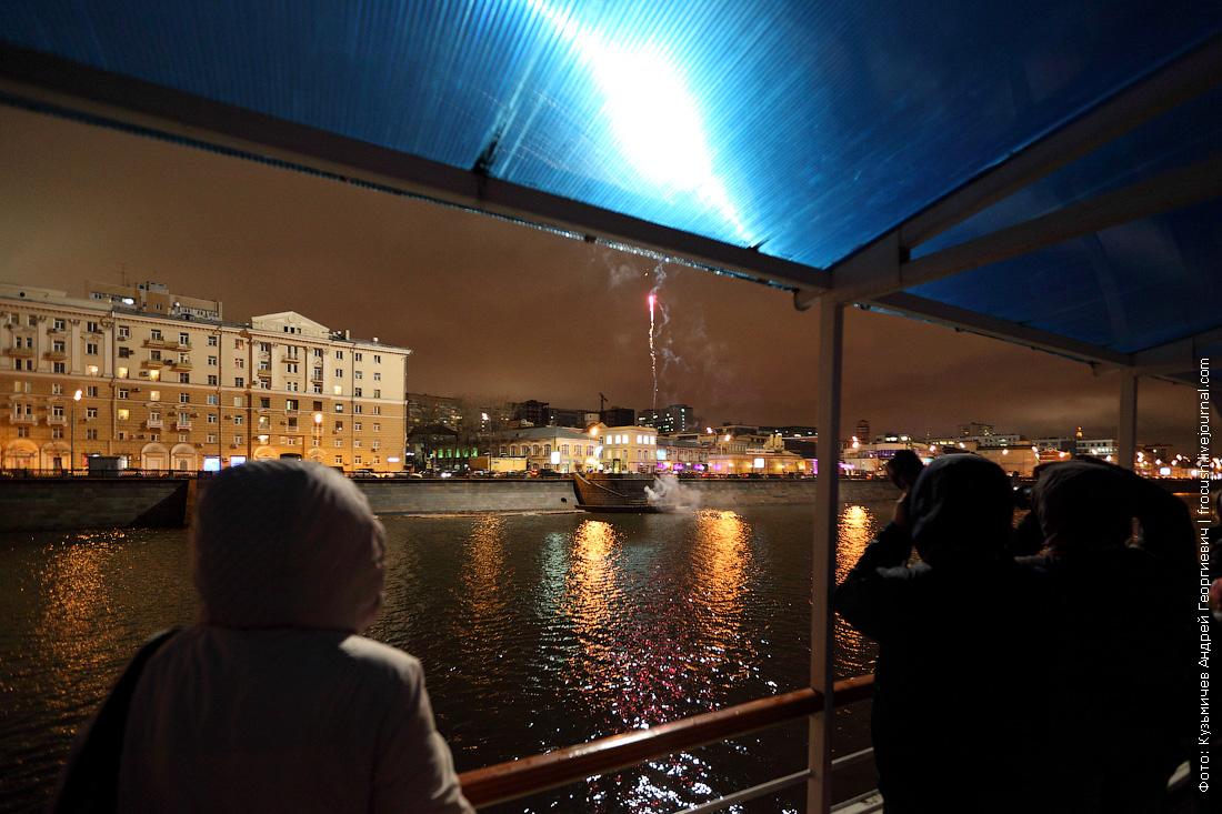 фейерверк в честь открытия прогулочной навигации по Москве-реке фото