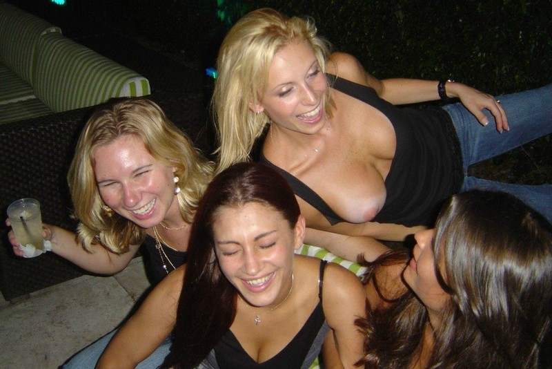 на вечеринке у меня из под лифчика вылезла грудь нет