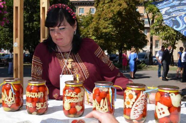 В Запорожье на фестивале консервов готовят рекордное количество квашеной капусты для бойцов АТО на передовой (фото)