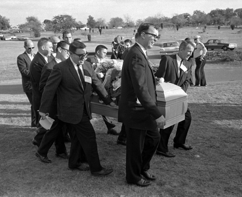 В связи с тем, что на похоронах практически не было людей, гроб с телом Ли Харви Освальда несли журн