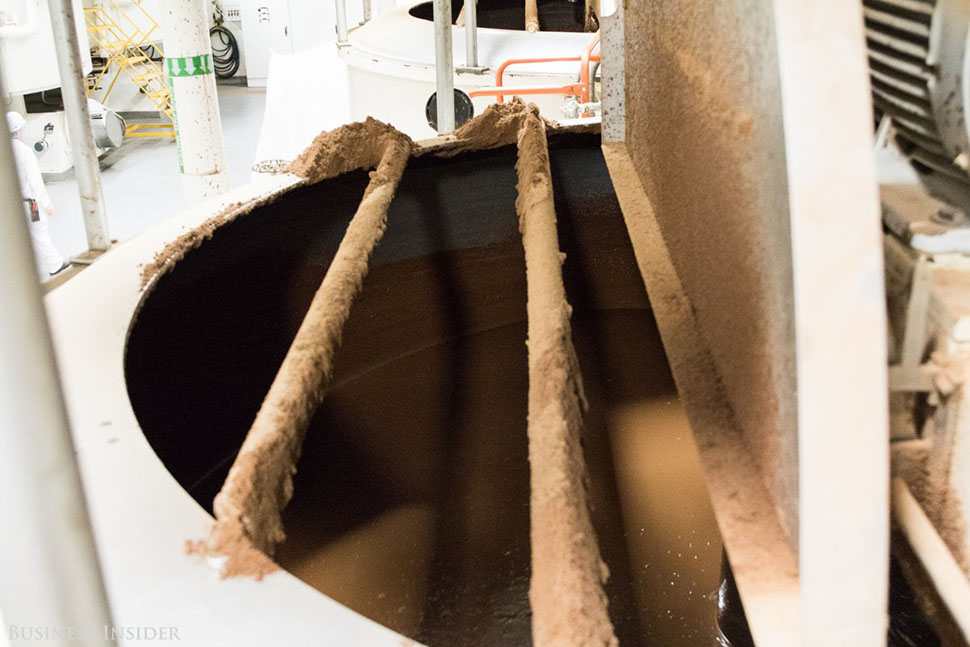 Затем шоколад отправляется на нормализацию, где подогревается до нужной температуры, чтобы создать т
