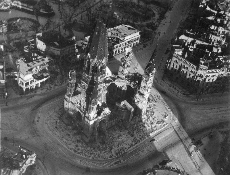 7. Мемориальная церковь кайзера Вильгельма, сильно пострадавшая во время налета 23 ноября 1943 года.