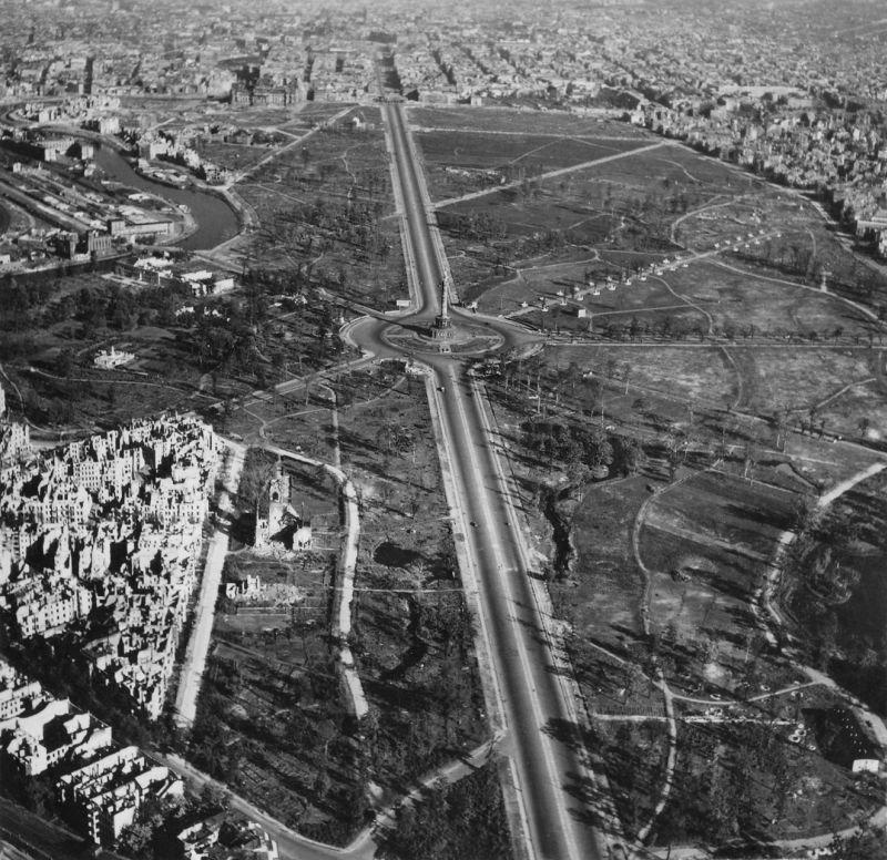 19. Колонна Победы в 1939 году. на заднем плане дорога, ведущая к Бранденбургским воротам.