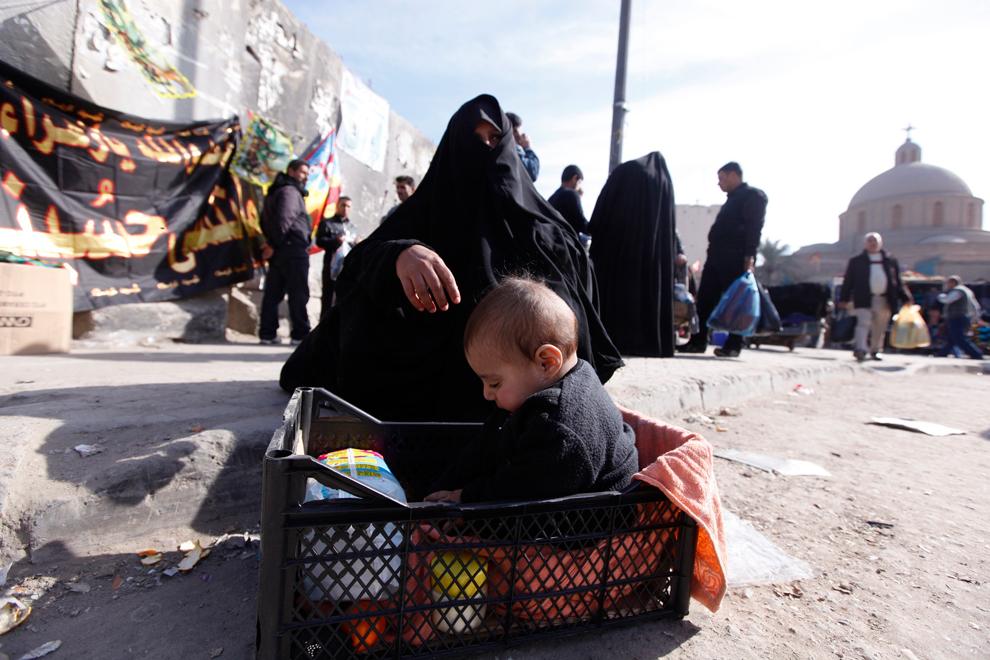 12. Женщина с ребенком на оптовом рынке Шурджа в Багдаде. Шурджа – крупнейший и старейший опто