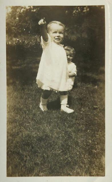 Мать Нормы Джин платила Годдардам по 25 долларов в неделю за то, что они воспитывали ее дочь. Семья