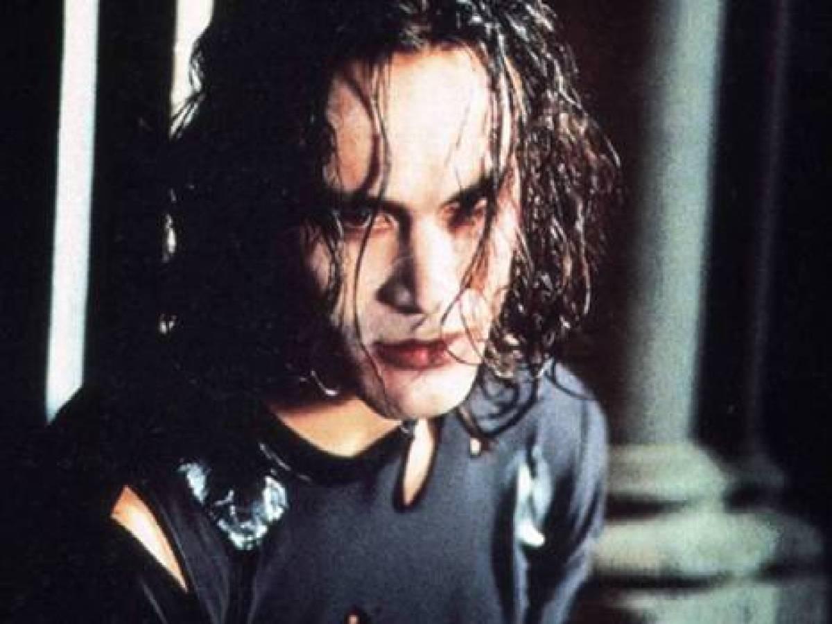 «Ворон» В 1993 году актер Брэндон Ли, сын Брюса Ли, снимался в фильме «Ворон». По сюжету, героя Ли д