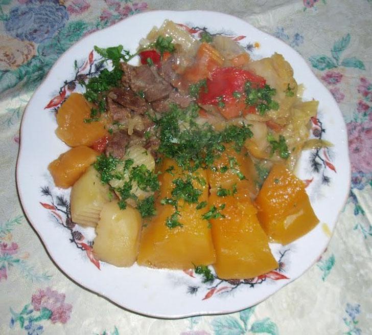 Димлама — узбекский вариант жаркого, где используется говядина, баранина, различные овощи, в том чис