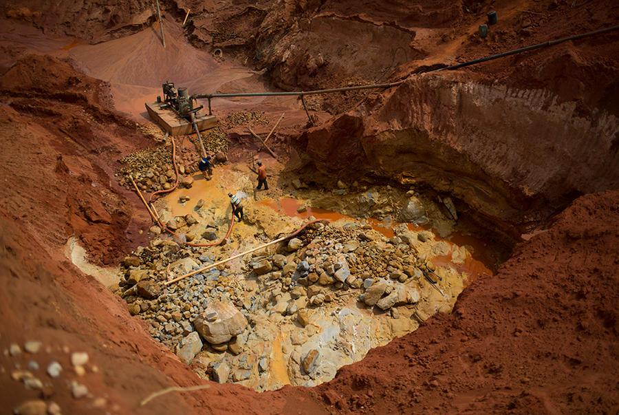 3. Местные шахтеры за работой. В их распоряжении лишь некоторое количество необходимых для раскопок