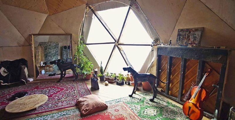2. Местный художник Иван Дыркин спроектировал и построил деревянный купольный дом обтекаемой формы,