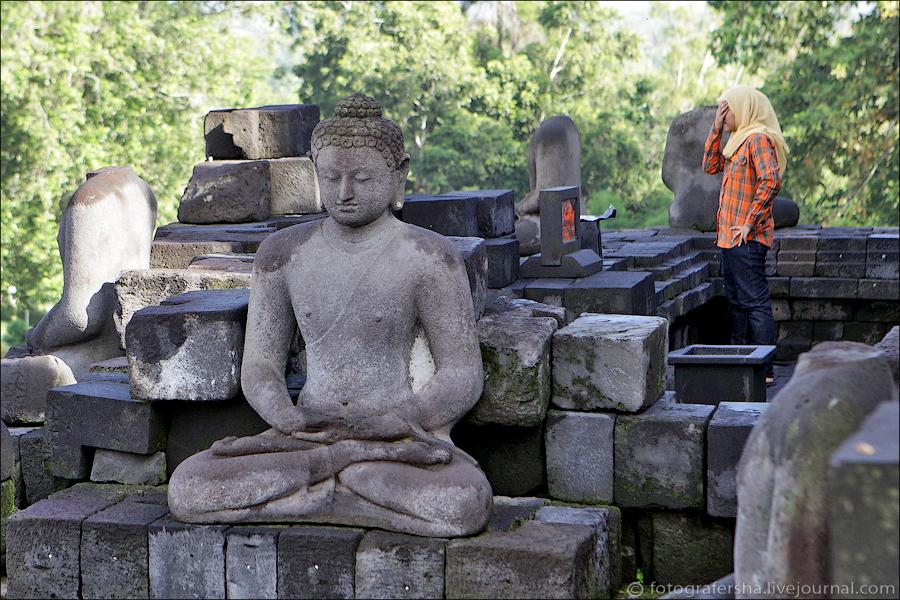 Реконструкция продолжается и сегодня, но большинство Будд остаются безголовыми — их тоже растащили н