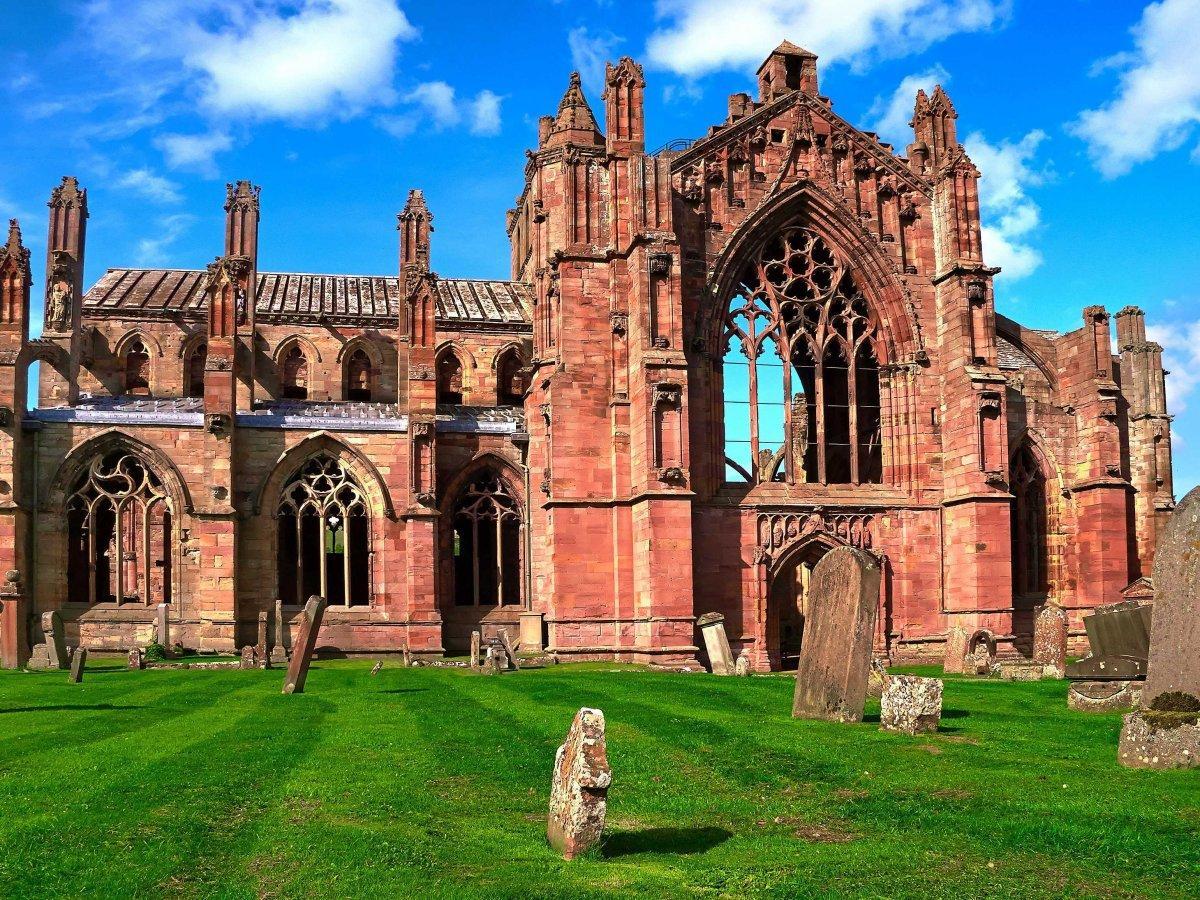 1. Аббатство Мелроуз — один из древних монастырей в Шотландии. Цистерцианский монастырь был превраще