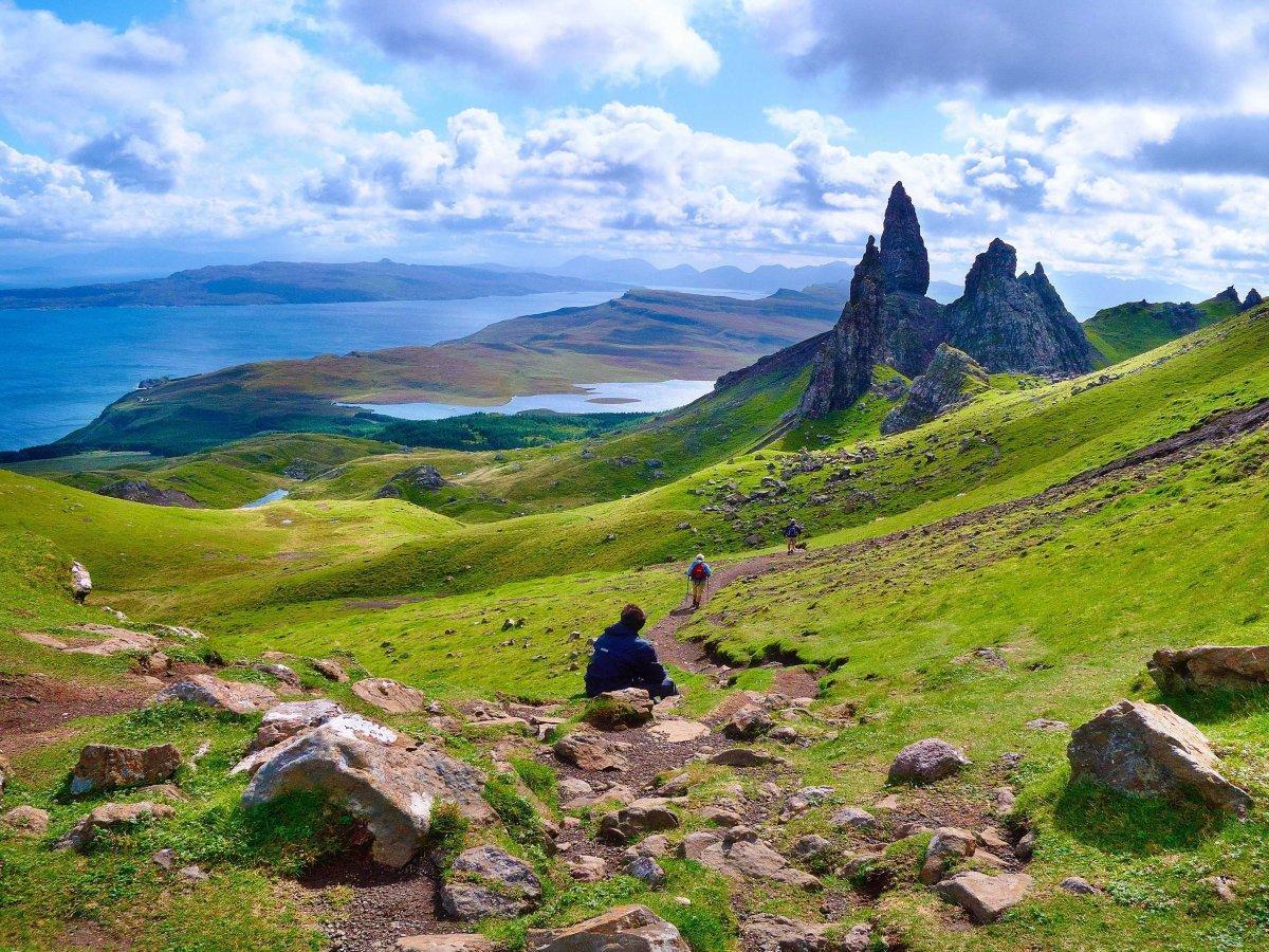3. Скай — остров в архипелаге Внутренние Гебриды с его знаменитыми зелеными холмами и величественным
