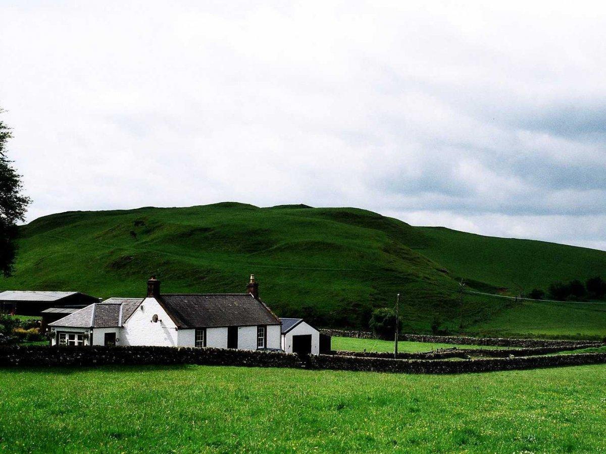11. Небольшой дом у подножия холма в городе Локерби на юге Шотландии.