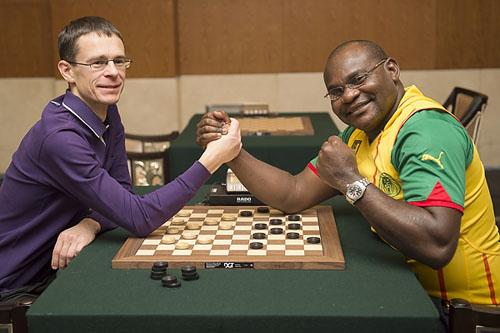 Во время партии каждому игроку принадлежат шашки одного цвета: черного или белого. Цель игры — лишит